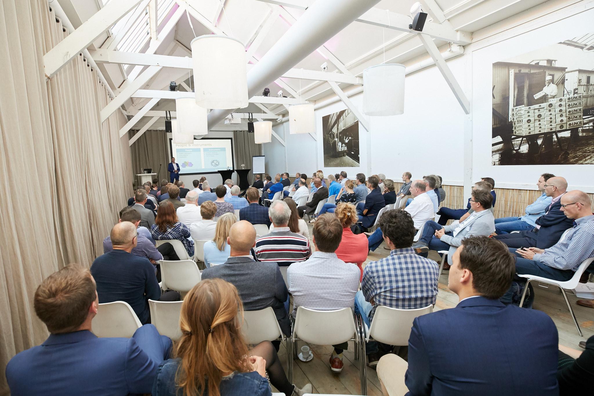 Blick in einen gefüllten Vortragssaal